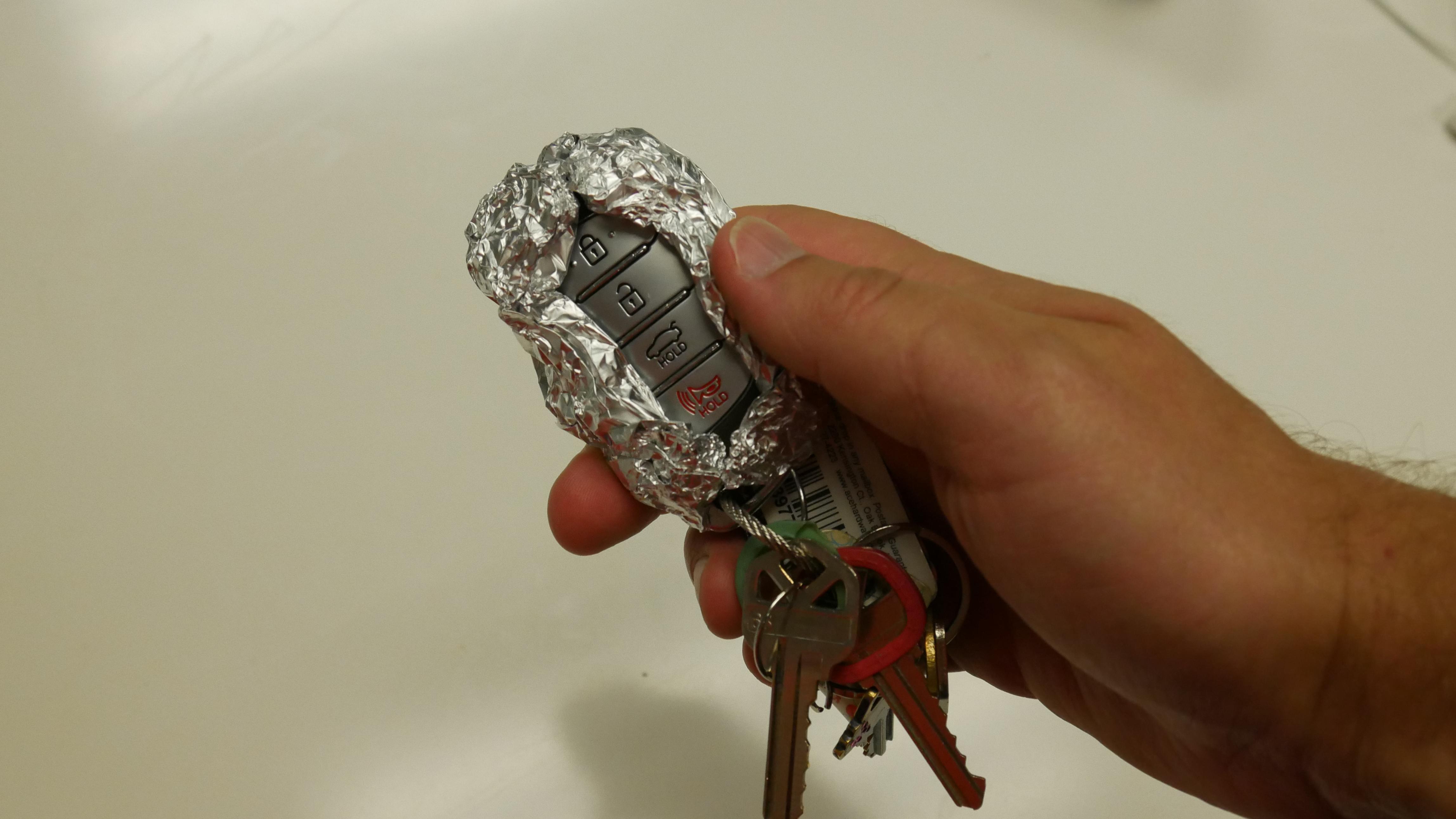Por qué debes envolver las llaves de tu coche en papel de aluminio